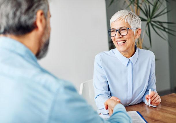 Dame mittleren Alters informiert sich über das PostgreSQL Enterprise Paket